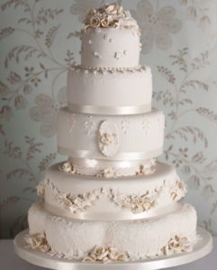 decorating wedding cake